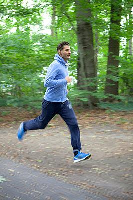 Jogger im Wald - p9010038 von St. Fengler