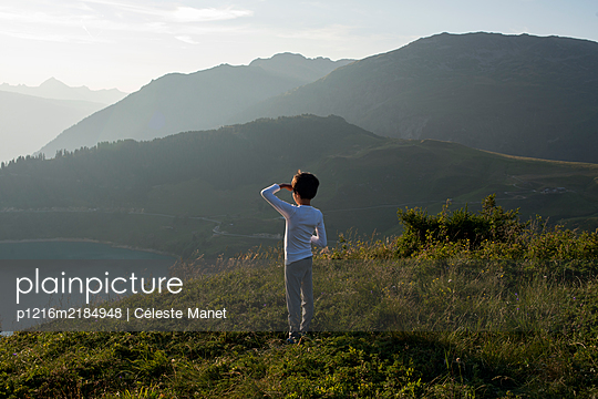 Young boy watching landscape in the mountains - p1216m2184948 by Céleste Manet