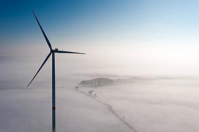 Windenergie im Winter - p1079m1182138 von Ulrich Mertens