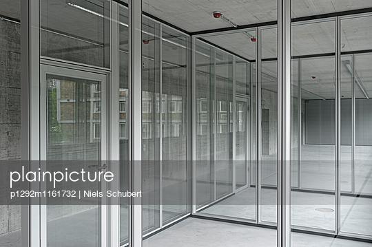 Leere Büros mit durchsichtigen Trennwänden - p1292m1161732 von Niels Schubert