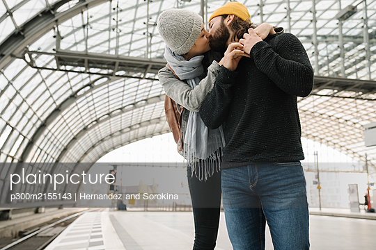Young couple kissing at the station platform, Berlin, Germany - p300m2155143 by Hernandez and Sorokina