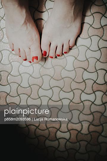 Füße im Bad - p858m2093598 von Lucja Romanowska