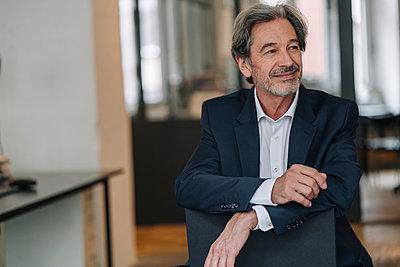 Portrait of confident senior businessman in office - p300m2155287 by Gustafsson