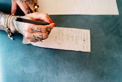 Tätowierte Frauenhand schreibt Zettel - p1212m1441039 von harry + lidy