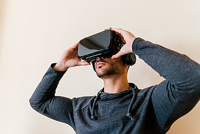 Man wearing virtual reality simulator - p300m2251752 by Ezequiel Giménez