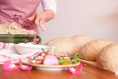 Brot backen - p441m886031 von Maria Dorner