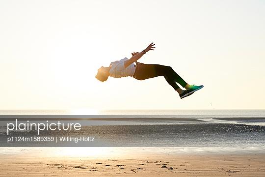 Akrobat am Strand - p1124m1589359 von Willing-Holtz