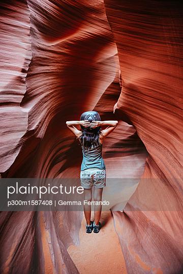 USA, Arizona, Woman with cowboy hat visiting Antelope Canyon - p300m1587408 von Gemma Ferrando
