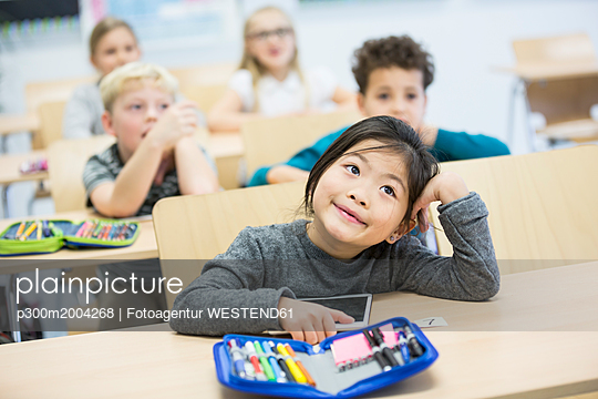Portrait of schoolgirl with classmates in class - p300m2004268 by Fotoagentur WESTEND61