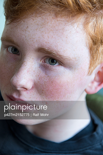 Red-haired girl, portrait - p427m2152775 by Ralf Mohr
