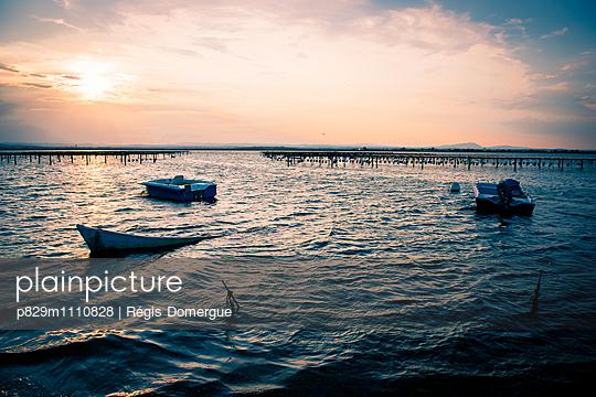 Boote in der Abendsonne auf dem See - p829m1110828 von Régis Domergue