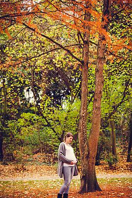 Schwangere im Park - p904m1193448 von Stefanie Päffgen