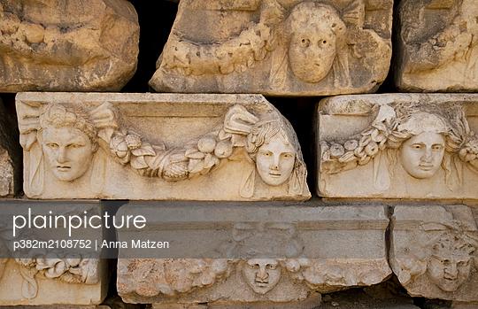 Antike Gesichter aus Stein - p382m2108752 von Anna Matzen