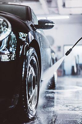 Water spraying on car in workshop - p1166m2060377 by Cavan Images