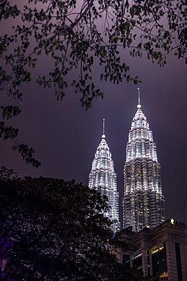 Petronas Towers bei Nacht - p741m892046 von Christof Mattes
