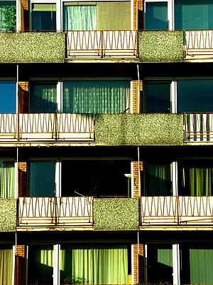 Gruene Hausfassade 70iger Jahre - p9792548 von Klueter