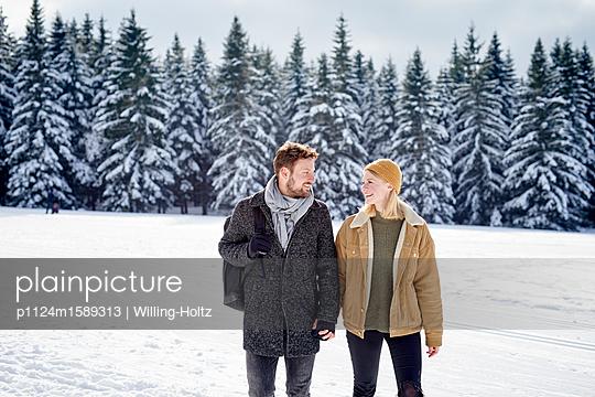 Junges Paar macht einen Winterspaziergang - p1124m1589313 von Willing-Holtz
