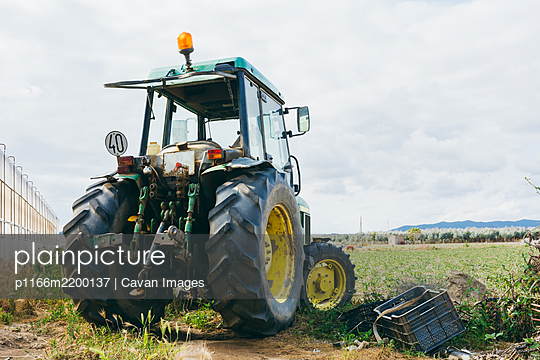 Agricultural machinery in a tomato field. - p1166m2200137 by Cavan Images