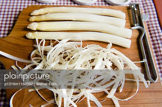Geschälten Spargel auf einem Schneidebrett, Gemüsegarten, Gemüse - p1316m1160562 von Bethel Fath