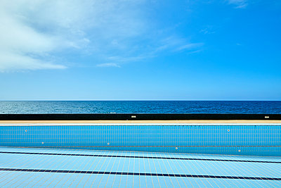 Swimmingpool direkt am Meer - p1299m1586931 von Boris Schmalenberger