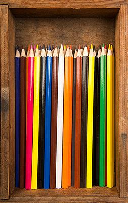 Buntstifte in Holzkiste - p451m1586892 von Anja Weber-Decker