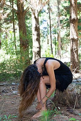 Junge Frau im Wald - p967m891585 von Wessel Wessels
