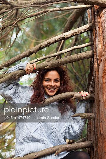 Junge Frau im Wald - p045m1474740 von Jasmin Sander