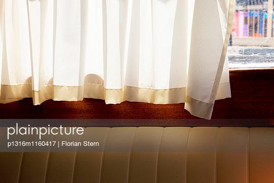 Vorhang in einem Vaporetto, Venedig, Italien, Europa - p1316m1160417 von Florian Stern