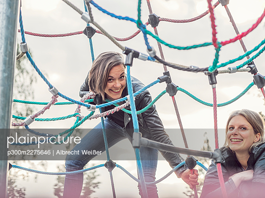 Portrait of two friends on jungle gym - p300m2275646 by Albrecht Weißer