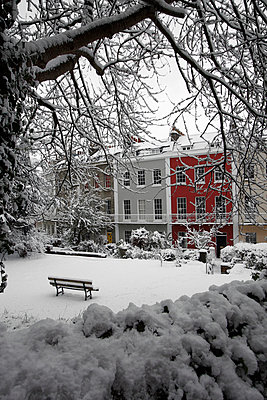 Georgian terrace in the snow - p1121m937648 by Gail Symes