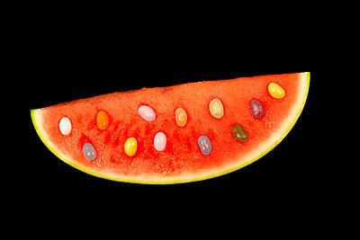Wassermelone mit Jelly Bellys Kernen - p451m1589825 von Anja Weber-Decker