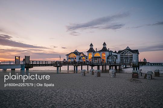 Germany, Mecklenburg-Vorpommern, Rügen, Sea bridge in Sellin - p1600m2257579 by Ole Spata