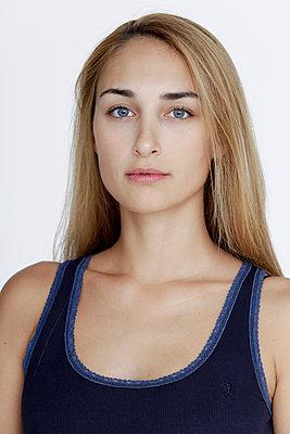 Junge Frau mit langen Haaren - p1221m1195091 von Frank Lothar Lange