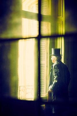 Mann Fenster Blick - p1312m1137742 von Axel Killian