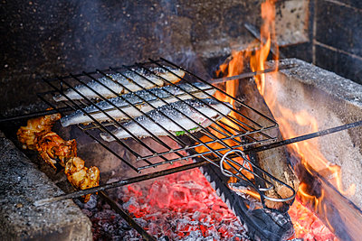 Grilled fish - p1600m2175657 by Ole Spata