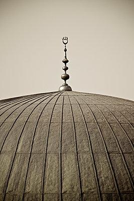 Kuppeldach an der Moschee von Sanliurfa, Türkei - p586m971425 von Kniel Synnatzschke