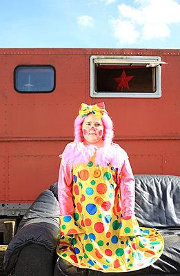 Clownin vor Campingwagen - p045m1034360 von Jasmin Sander
