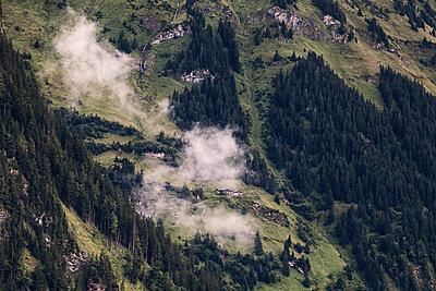 Altes Bauernhaus am Berghang im Nebel - p1383m1480782 von Wolfgang Steiner