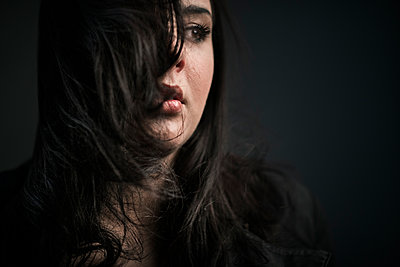 Portrait of a young brunette woman - p1619m2192711 by Laurent MOULAGER