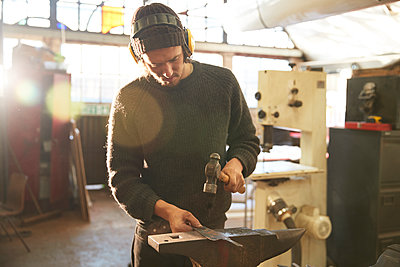 Man making knives in a workshop - p300m2144296 by Pete Muller