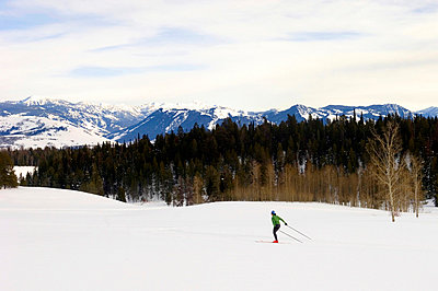 A woman skate skis in Jackson Hole - p3433575 by Lucas Gilman