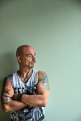 Tattooed man, portrait - p427m2272313 by Ralf Mohr