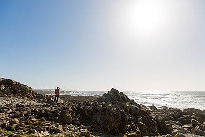 Blick aufs Meer vom Pebble Beach - p756m1496106 von Bénédicte Lassalle