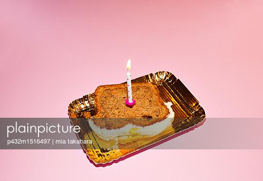 Geburtstagskuchen auf Pappteller - p432m1516497 von mia takahara