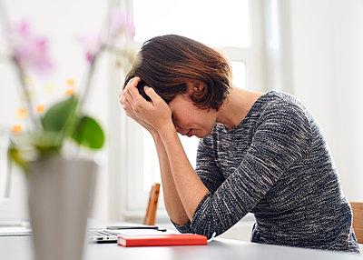 Müde am Schreibtisch - p1124m1176932 von Willing-Holtz