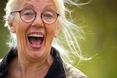 Elderly woman laughing - p1418m2183703 by Jan Håkan Dahlström