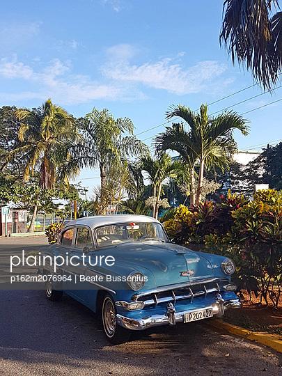 Oldtimer auf den Straßen Kubas - p162m2076964 von Beate Bussenius