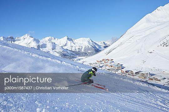 Austria, Tyrol, Kuehtai, man skiing in winter landscape - p300m1587437 von Christian Vorhofer