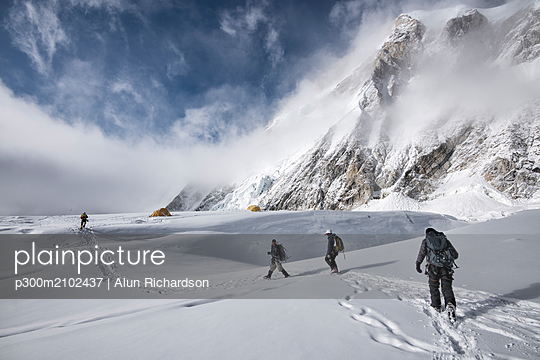 Nepal, Solo Khumbu, Everest, Mountaineers at Western Cwm - p300m2102437 by Alun Richardson