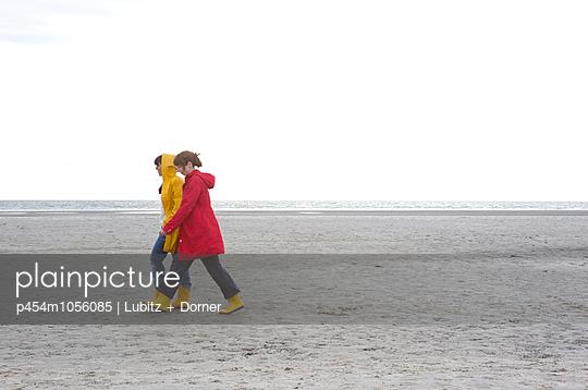 Taking a walk - p454m1056085 by Lubitz + Dorner